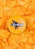 LONDYN, UK - GRUDZIEŃ 01, 2017: Doritos tortilla układy scaleni z Nacho Serowym upadem Obraz Stock