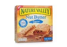 LONDYN, UK - GRUDZIEŃ 07, 2017: Natury dokrętki masła Dolinni bary z arachidem w pudełku na z bielem Natury dolina jest Ogólni mł Zdjęcia Royalty Free