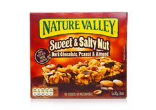 LONDYN, UK - GRUDZIEŃ 01, 2017: Natury granola Dolinni crunchy bary z arachidem i karmelem w pudełku na z bielem Natury dolina ja Obraz Stock