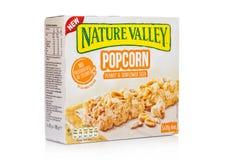 LONDYN, UK - GRUDZIEŃ 01, 2017: Natury granola Dolinni crunchy bary z arachidem i słonecznikiem w pudełku na z bielem Natury doli Zdjęcia Stock