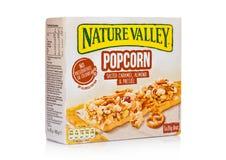 LONDYN, UK - GRUDZIEŃ 01, 2017: Natury granola Dolinni crunchy bary z karmelu preclem w pudełku na z bielem i migdałem Natura Obrazy Stock