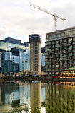 LONDYN, UK - KWIECIEŃ 24, 2014: Plac budowy z żurawiami w Canary Wharf aria Podnosić nowy wysoki mieszkaniowy wierza Fotografia Stock