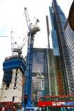 LONDYN, UK - KWIECIEŃ 24, 2014: Plac budowy z żurawiami w mieście Londyn jeden wiodący centres globalny finanse Zdjęcie Royalty Free