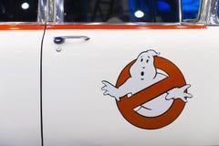 LONDYN, UK - LIPIEC 06: Ghostbusters samochodowa Ecto 1 replika przy Lonem Zdjęcia Royalty Free