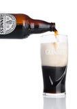 LONDYN, UK - LISTOPAD 29, 2016: Guinness ekstra korpulentna piwna butelka na białym tle Guinness piwo produkuje od 1759 Zdjęcia Royalty Free