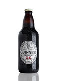 LONDYN, UK - LISTOPAD 29, 2016: Guinness ekstra korpulentna piwna butelka na białym tle Guinness piwo produkuje od 1759 Obraz Stock