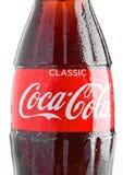 LONDYN, UK - LISTOPAD 07, 2016: Klasyczna butelka koka-kola na białym tle z boże narodzenie śniegiem i zabawkami Obraz Royalty Free