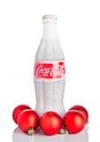 LONDYN, UK - LISTOPAD 11, 2016: Klasyczna butelka koka-kola na białym tle z boże narodzenie śniegiem i zabawkami Zdjęcie Royalty Free