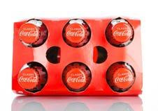 LONDYN, UK - LISTOPAD 07, 2016: Klasyczne butelki koka-kola sześć paczek na bielu Zdjęcie Stock