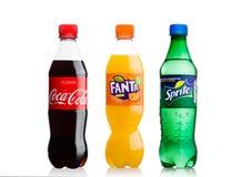 LONDYN, UK - LISTOPAD 10, 2017: koka-koli, Fanta i Sprite butelki, odizolowywać na bielu Trzy popularnego napoju produkującego t obraz stock