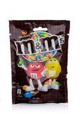 LONDYN, UK - LISTOPAD 03, 2017: M&M ` s Czekoladowi cukierki na bielu, produkującym Mars, Wcielającym Obraz Stock