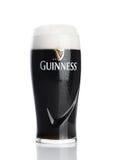 LONDYN, UK - LISTOPAD 29, 2016: Szkło Guinness oryginalny piwo na białym tle Guinness piwo produkuje od 1759 wewnątrz Fotografia Stock