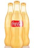 LONDYN, UK - LISTOPAD 07, 2016: Złote klasyczne butelki koka-kola z logem na bielu Zdjęcie Stock
