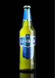 LONDYN, UK - LISTOPAD 05, 2016 Zimna butelka Bavaria premii piwo na czarnym tle, Bavaria jest drugi co do wielkości browarem ja Obraz Royalty Free