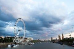 30 07 2015, LONDYN, UK, Londyn przy świtem Widok od Złotego jubileuszu mosta Zdjęcie Stock