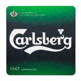 LONDYN, UK - LUTY 04, 2018: Carlsberg beermat Piwny kabotażowiec odizolowywający na bielu Zdjęcia Stock