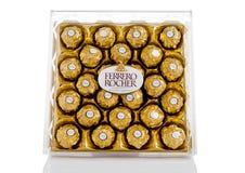 LONDYN, UK - LUTY 28, Ferrero Rocher premii czekoladowych cukierków plastikowy pudełko Zdjęcie Royalty Free