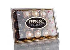 LONDYN, UK - LUTY 28, Ferrero Rocher premii Inkasowych czekoladowych cukierków plastikowy pudełko Obrazy Royalty Free