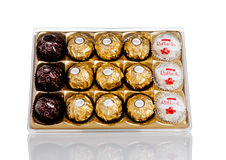 LONDYN, UK - LUTY 28, Ferrero Rocher premii Inkasowych czekoladowych cukierków plastikowy pudełko Zdjęcia Stock