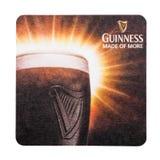 LONDYN, UK - LUTY 04, 2018: Guinness łyknięcia piwa beermat oryginalny kabotażowiec odizolowywający na bielu Fotografia Royalty Free