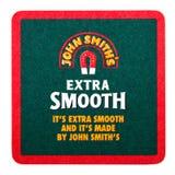 LONDYN, UK - LUTY 04, 2018: John Smith ` s dodatku beermat Gładki kabotażowiec odizolowywający na bielu Zdjęcie Royalty Free