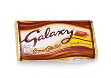 LONDYN, UK - LUTY 02, 2018: Nieotwartej galaktyki czekoladowy bar z gładkim karmelem na bielu Fabrykujący Mars Zdjęcia Royalty Free