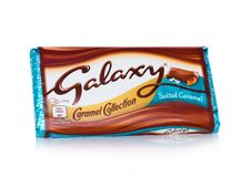 LONDYN, UK - LUTY 02, 2018: Nieotwartej galaktyki czekoladowy bar z solonym karmelem na bielu Fabrykujący Mars Zdjęcie Stock