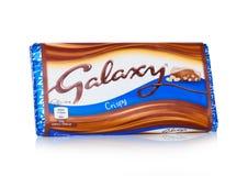 LONDYN, UK - LUTY 02, 2018: Nieotwarty galaktyka czekoladowego baru woth honeycomb chips na bielu Fabrykujący Mars Obraz Royalty Free