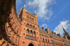 LONDYN, UK - LUTY 28, 2017: Zewnętrzny widok St Pancras stacja kolejowa Ten budynek teraz mieści luksusu St Pancras Renai Fotografia Stock