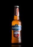 LONDYN, UK - MAJ 29, 2017: Butelka Bavaria Holandia non alkoholiczny piwo na czerni Bavaria jest drugi co do wielkości browarem w Obraz Royalty Free