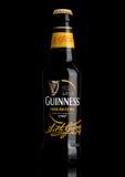 LONDYN, UK - MARZEC 21, 2017: Butelka Guinness cudzoziemski ekstra piwo na czerni Guinness piwo produkuje od 1759 w Dublin, obraz royalty free