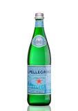 LONDYN, UK - MARZEC 30, 2017: Butelka San Pellegrino woda mineralna na bielu San Pellegrino jest Włoskim gatunkiem woda mineralna Fotografia Stock