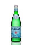 LONDYN, UK - MARZEC 30, 2017: Butelka San Pellegrino woda mineralna na bielu San Pellegrino jest Włoskim gatunkiem woda mineralna Obraz Royalty Free