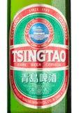 LONDYN, UK - MARZEC 23, 2017: Butelki etykietka Tsingtao piwo na bielu Tsingtao jest Porcelanowym ` s drugi co do wielkości browa Obrazy Royalty Free