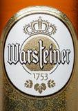 LONDYN, UK - MARZEC 21, 2017: Butelki etykietka Warsteiner piwo na bielu Produkt Niemcy ` s wielki posiadać browar prywatnie - Obrazy Royalty Free