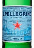 LONDYN, UK - MARZEC 30, 2017: Butelkuje etykietkę San Pellegrino woda mineralna na bielu San Pellegrino jest Włoskim gatunkiem ko Zdjęcia Royalty Free