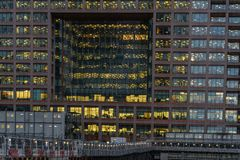 Londyn, UK - Marzec 05, 2019: Noc widok Morgan Stanley budynek biurowy przy Canary Wharf, Docklands Londy?scy zdjęcia royalty free