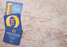 LONDYN, UK - MARZEC 22, 2018: Przybrany ` s wykonywał ręcznie piwnego oryginalnego beermat kabotażowa na drewnie zdjęcie stock