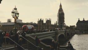 Londyn, UK - Październik 20, 2017: Ślizgający się strzał od dobra lewica Big Ben i domy parlament podczas konserwaci odczyszcza zdjęcie wideo