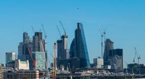 LONDYN, UK - Październik 17th, 2017: Londyńska nowożytna dzielnica biznesu w jasnym niebo dniu z dżetowego samolotu latającym kos Obraz Stock