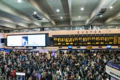 LONDYN, UK - Październik 17th, 2017: Podróżnicy ogląda ewidencyjnego odjazd wsiadają dla ich bramy liczby przy bardzo Zdjęcia Royalty Free