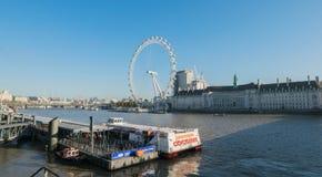 LONDYN, UK - Październik 17th, 2017: Zakończenie up Londyński oko w Londyn, Anglia z turystyki mienia kapsułą w widoku i Fotografia Stock