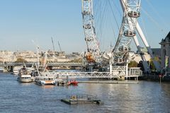 LONDYN, UK - Październik 17th, 2017: Zakończenie up Londyński oko w Londyn, Anglia z turystyki mienia kapsułą w widoku i Zdjęcia Stock