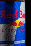 LONDYN, UK - PAŹDZIERNIK 27, 2017: Etykietka Red Bull Energetyczny napój na czarnym tle Red Bull jest popularnym energetycznym na Fotografia Stock