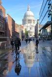 LONDYN, UK - PAŹDZIERNIK 03, 2016: Odbicia St Paul ` s katedra Zdjęcie Royalty Free