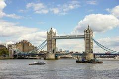 LONDYN, UK - SIERPIEŃ 22: Basztowy most w Londyn na Sierpień 22, 20 Zdjęcie Stock