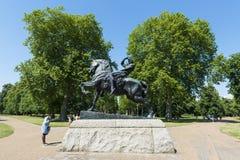 LONDYN, UK - SIERPIEŃ 01: Konia i jeźdza rzeźba nazwany Physica Obrazy Royalty Free