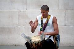 LONDYN, UK - SIERPIEŃ 14, 2010: niezidentyfikowany młody człowiek bawić się jego b Obrazy Royalty Free