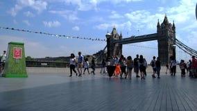 Londyn, UK, 1 2018 Sierpień: turysta pod Basztowym mostem zbiory