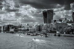 LONDYN, UK - SIERPIEŃ 22: Widok nowożytna architektura w mieście obraz royalty free